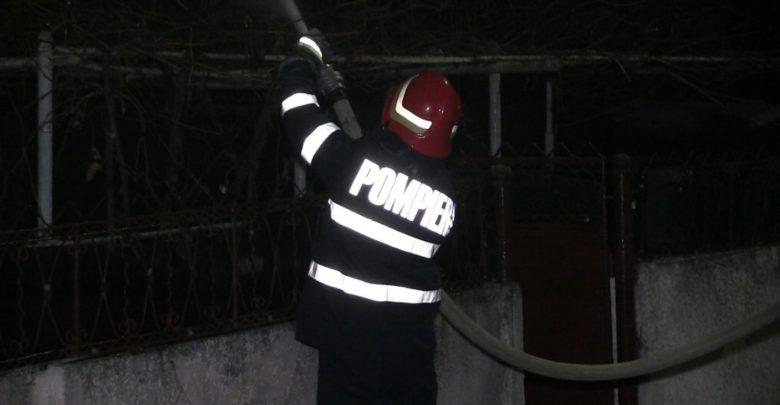 pompieri incendiu noapte isu foc stins flacari pompier (2)