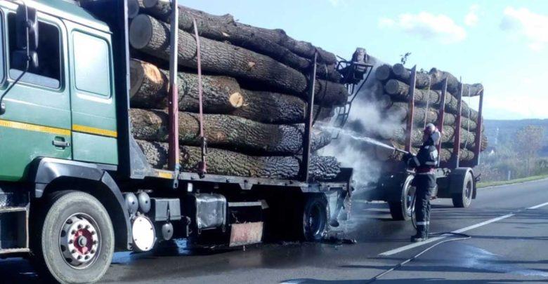 incendiu-camion-lemn-zimbor