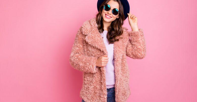 Stiai ca poti combina hainele subtiri cu cele groase pentru a face trecerea la primavara fara mari cheltuieli